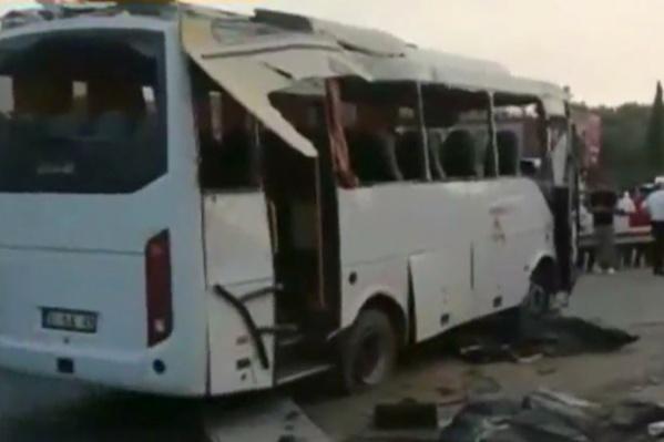 Автобус сначала врезался в ограждение, потом перевернулся
