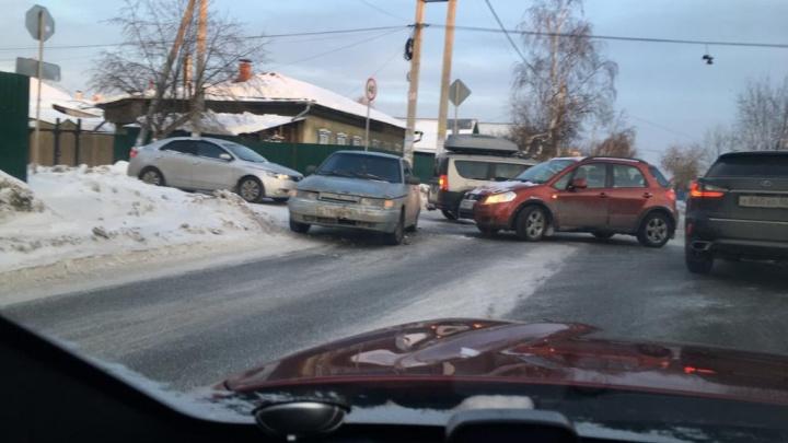 В Екатеринбурге на «проклятом» перекрестке, где постоянно бьются машины, снова произошло ДТП