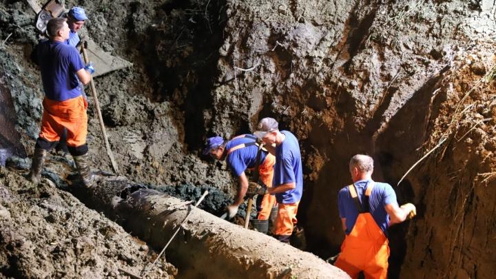Сильные дожди в Сочи вызвали сход оползня, который повредил канализационный коллектор