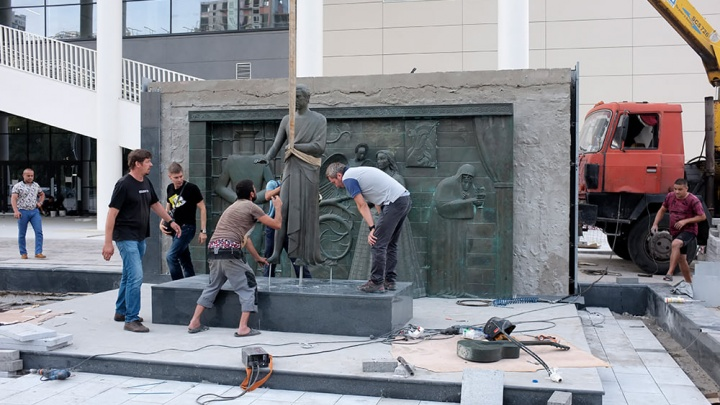 Памятник Владимиру Высоцкому вернули к зданию Дворца спорта