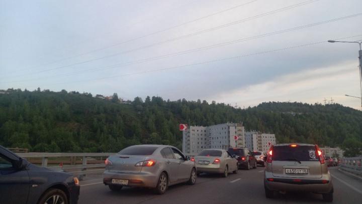 Красноярцы ринулись на ГЭС смотреть водосброс и устроили пробку на выезде из города