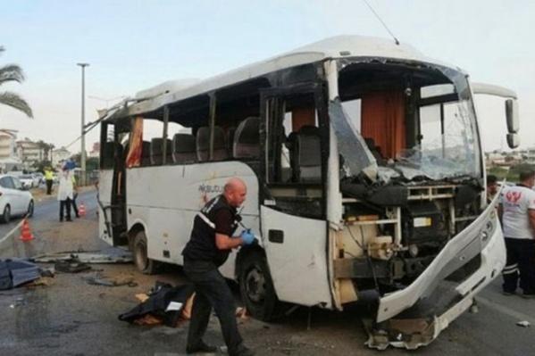 Автобус перевернулся — пассажиры с очевидцами подняли его, чтобы вытащить пострадавших