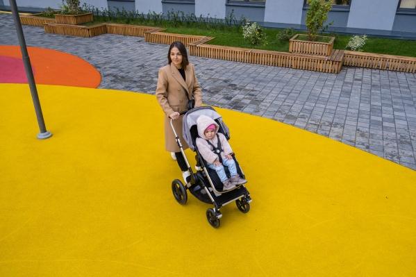 Для молодой мамы Алины удобный двор стал важным фактором при выборе нового жилья