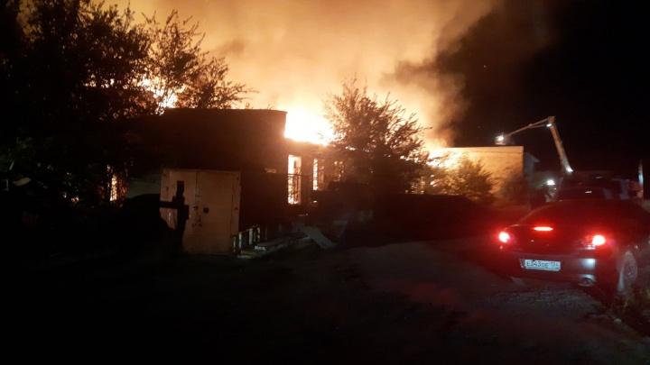 В Волгограде тушат крупный пожар на базе «ГорПлодОвощТорга»