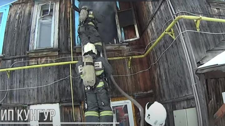 «Пришлось за ней побегать»: в Пермском крае пожарные спасли собаку из горящей квартиры. Видео