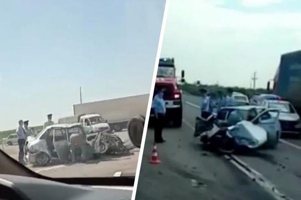 Водителя и пассажира служебного авто госпитализировали
