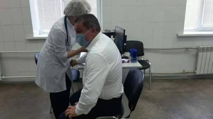 «Он вакцину получает через рубашку?» Волгоградцы не поверили в прививки губернатора Андрея Бочарова
