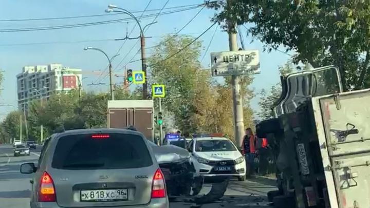 На Щербакова пьяный водитель на фургоне подрезал Peugeot и перевернулся