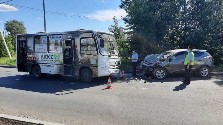 На Урале женщина протаранила пассажирский автобус на дороге с односторонним движением