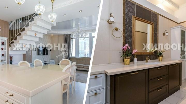 В Новосибирске продают двухуровневую квартиру с позолоченной лестницей — смотрим, за что просят 27,5 млн