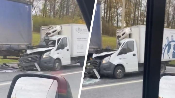 Кабина превратилась в груду металла: на трассе М-8 в Ярославской области «Газель» влетела в фуру