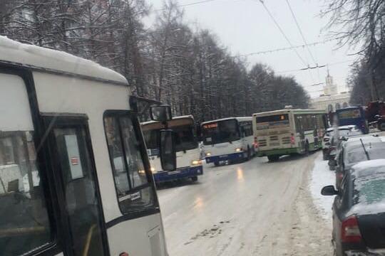 Троллейбусы и автобусы скользят на городских дорогах