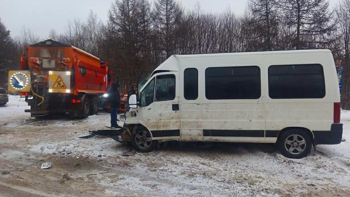 На трассе в Башкирии столкнулись катафалк и снегоуборщик КАМАЗ
