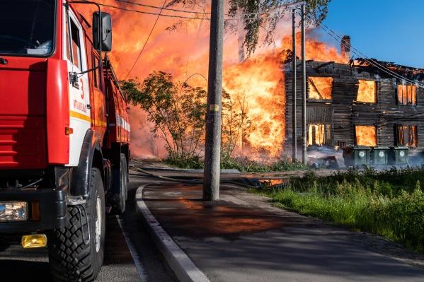 """Пожарные прибыли на Ярославскую через <nobr class=""""_"""">8 минут</nobr> после сообщений о возгорании"""