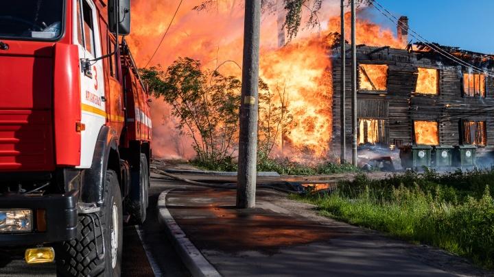 Ветер распалял огонь. Как в Соломбале тушили крупный пожар в «деревяшке» — большой фоторепортаж