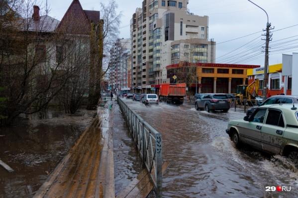 Вода затопила территорию стройки и растеклась по близлежащим дорогам