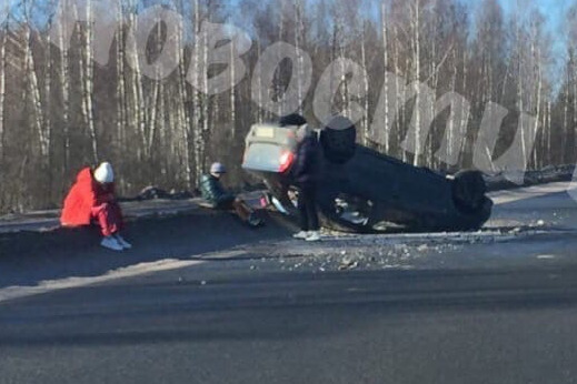 В Ярославской области иномарка с двумя детьми внутри перевернулась на крышу