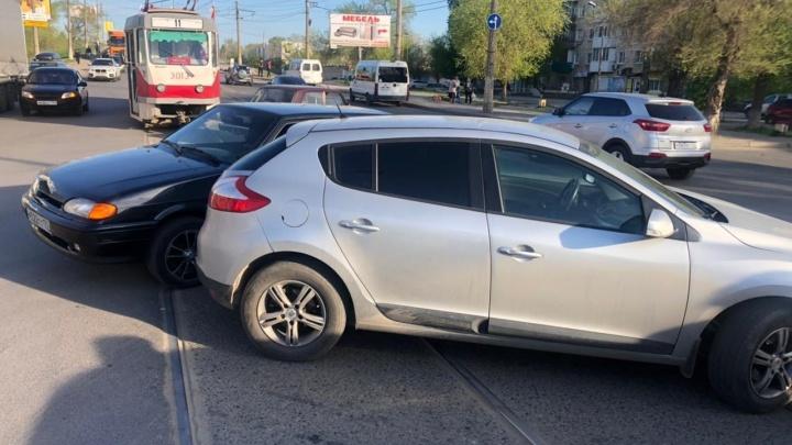 И пусть весь мир подождет: ДТП на юге Волгограда парализовало движение трамваев