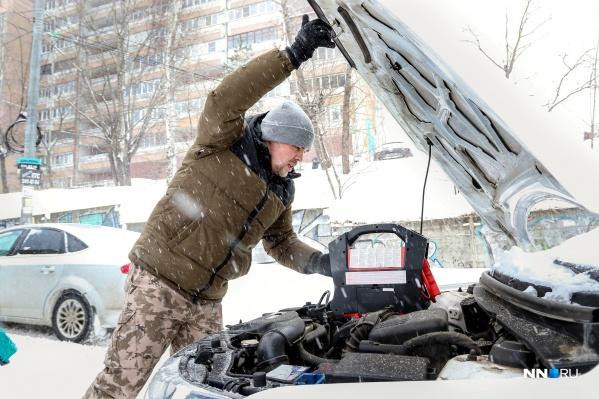 Сергей Сенчук запускает аккумулятор при помощи специального устройства