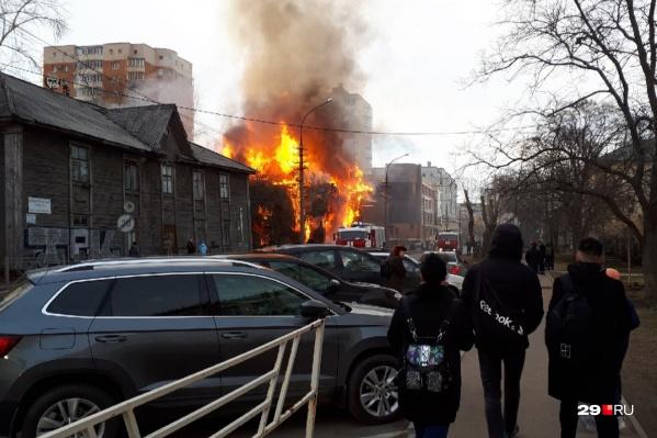 Дом горит по всей площади