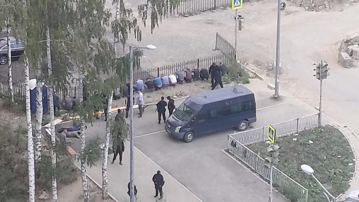 Во двор дома на Краснолесье нагрянули бойцы в масках и с автоматами. Что произошло?