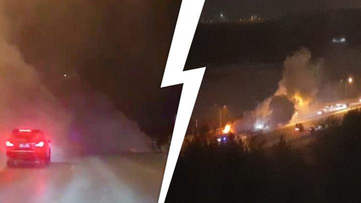 «Видимость нулевая, ехать рядом жутковато!» На Кольцовском тракте сгорел Mercedes: видео
