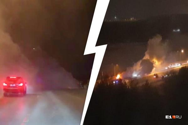Автомобиль загорелся на Кольцовском тракте, недалеко от отеля «Рамада»
