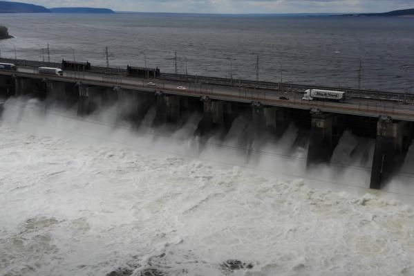 С ГЭС будут сбрасывать от <nobr>14 000</nobr> до <nobr>14 500 кубометров воды</nobr> в секунду