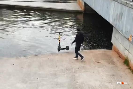Хулиганское видео, на котором южанин бросил два электросамоката в Исеть, собрало несколько сотен тысяч просмотров