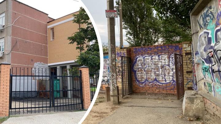 В школах Краснодара в новом учебном году оставили только по одному входу. Зачем это нужно?
