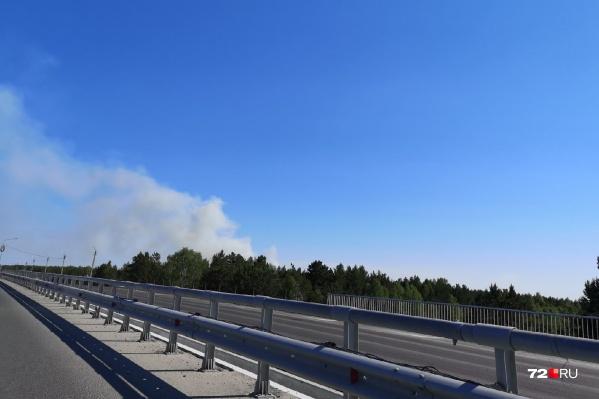 Такие клубы дыма заметили автомобилисты, которые ехали по Широтной