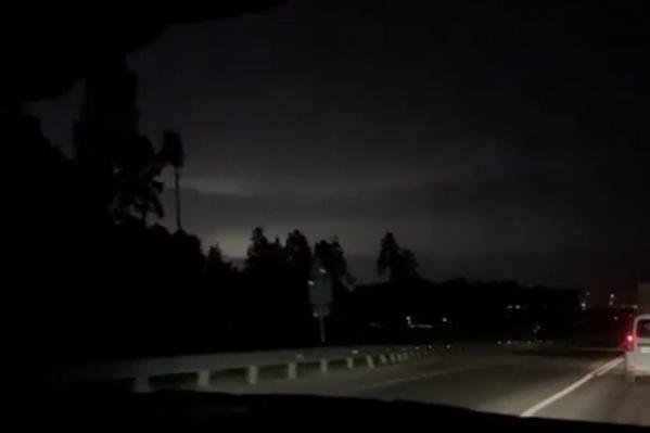 Молнии освещают небо