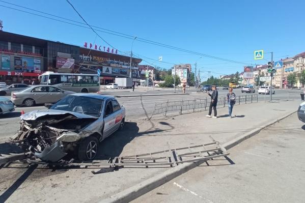 Водитель «Мазды» сбил двух пешеходов, стоящих на «островке безопасности»