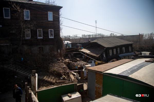 Дома 5 и 3 по улице Садовой: вот в таких условиях всё еще живут люди в Самаре