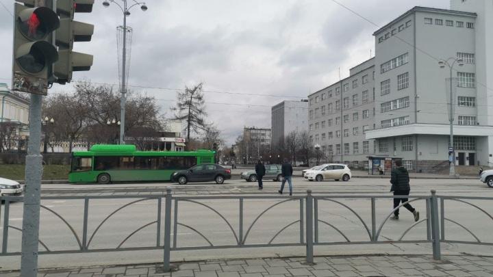 На проспекте Ленина сделают переход на перекрестке, который оградили страшным забором