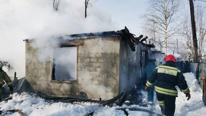 Двое детей погибли при пожаре в дачном доме в Сургуте