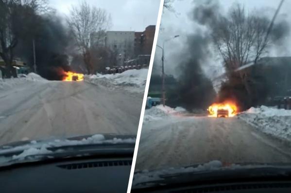 Автомобиль загорелся рядом с автобусной остановкой