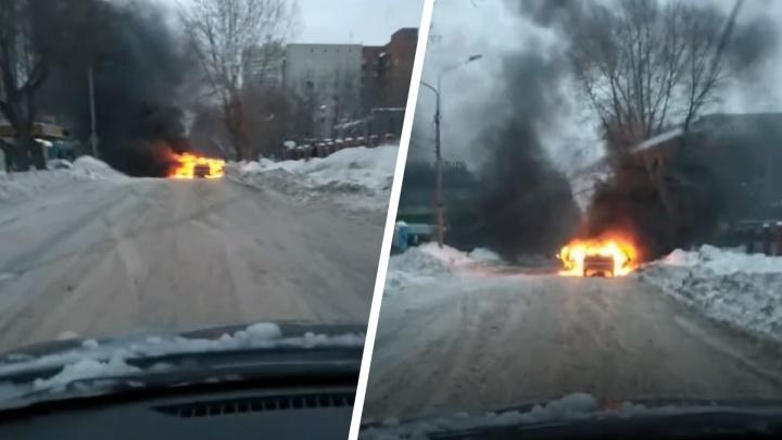 «У кого-то утро не задалось»: в Заельцовском районе сгорела машина