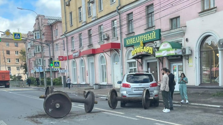 «Могло раздавить»: в Ярославле из грузовика на дорогу выпали многотонные колесные пары