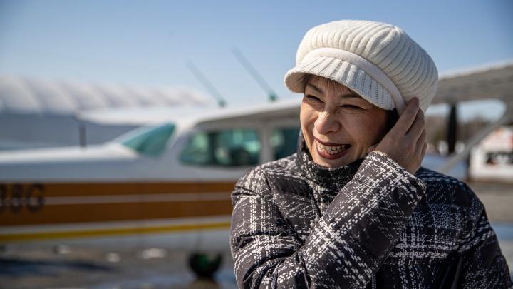 Мечта Ирины. После рака она научилась заново ходить, есть, дышать и исполнила мечту — полетала в кабине пилота