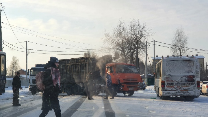 КАМАЗ влетел в маршрутку: пострадали две женщины