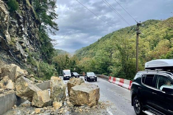 Камни упали в микрорайоне Головинка