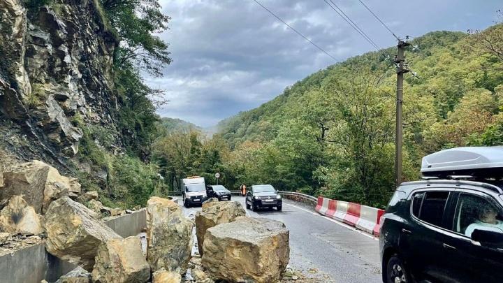 На трассе в Сочи произошел камнепад, а на железную дорогу упала крыша