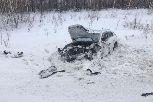 От удара автомобиль вылетел на обочину