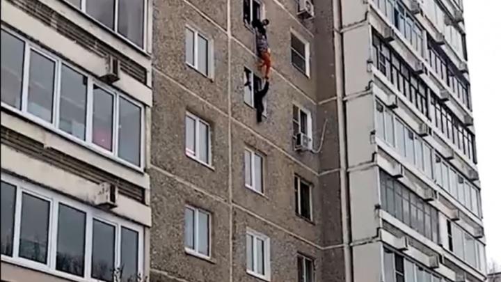 В Екатеринбурге спасли 95-летнюю старушку, которая повисла на подоконнике шестого этажа