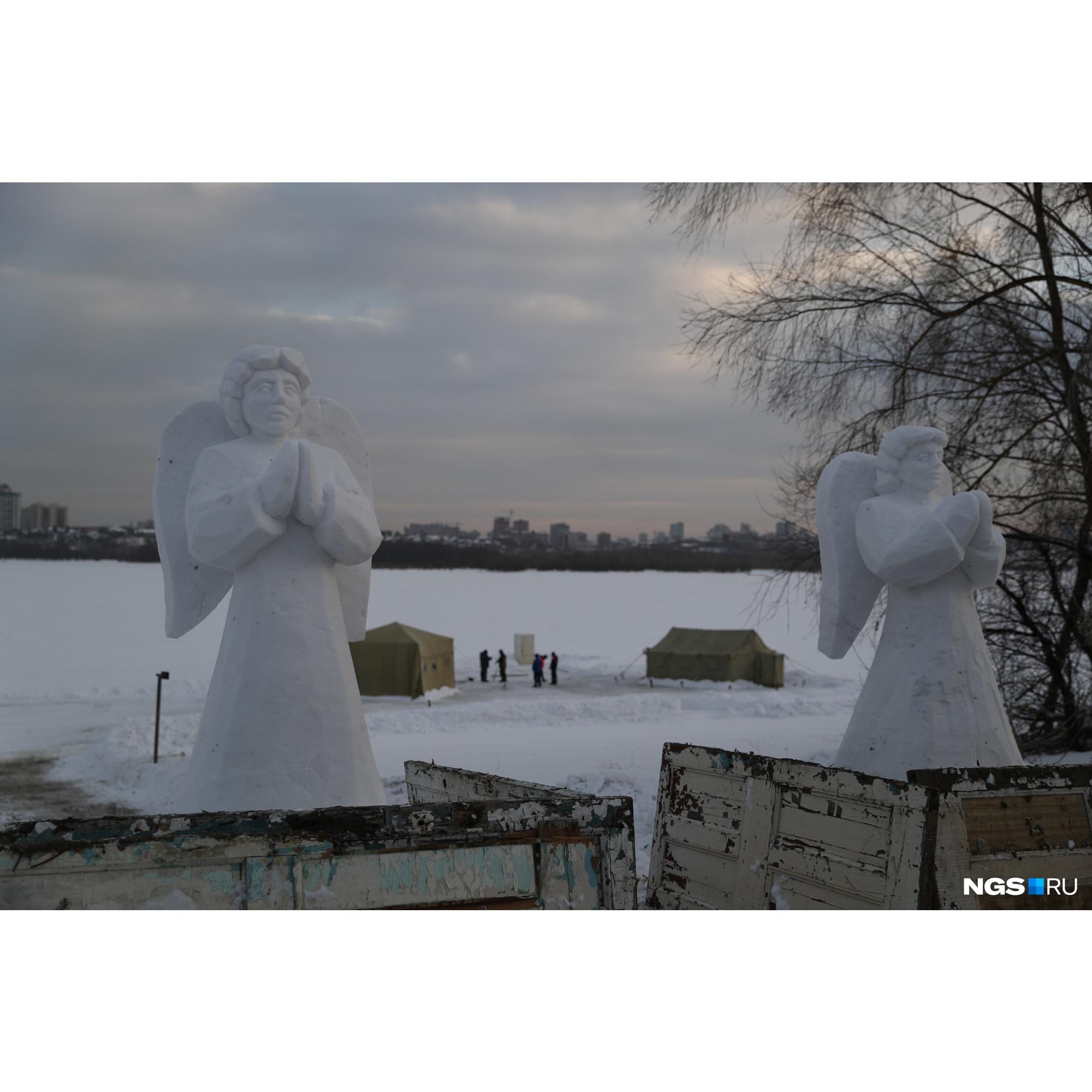 На подходе к купели в этом году установили снежные скульптуры ангелов