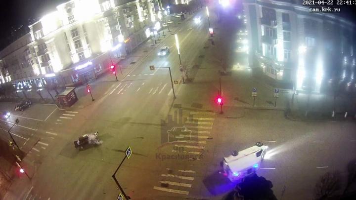 Водитель ВАЗа перевернул скорую с маячками, протаранив ее на светофоре в центре Красноярска