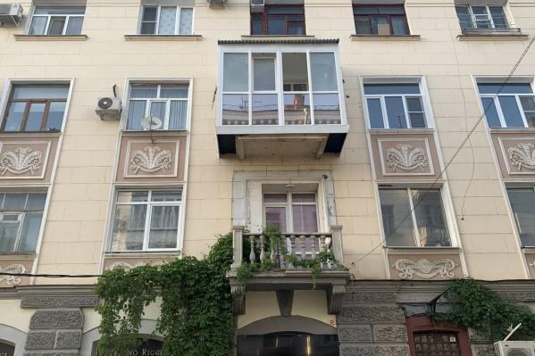 Собственник квартиры самовольно решил увеличить и застеклить балкон