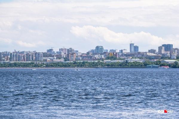 Обычно Волга сохраняет привычный цвет до самого конца лета