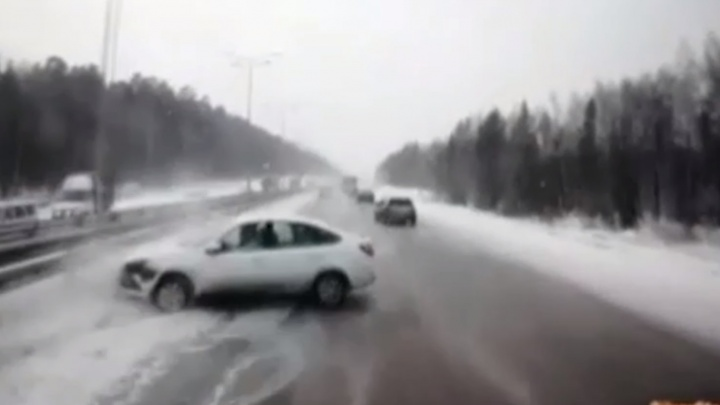 Видеорегистратор фуры снял, как она протаранила легковушку на Ново-Московском тракте: видео